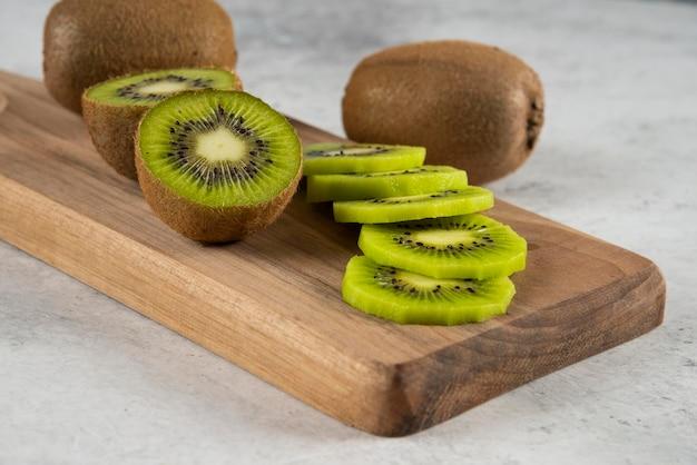 나무 보드에 키위 과일의 많은.