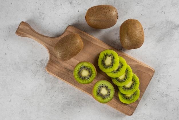 木の板にキウイフルーツの多く。