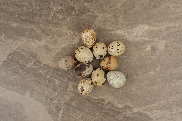 大理石の背景にウズラの卵の多く。