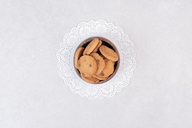 많은 나무 접시에 달콤한 쿠키