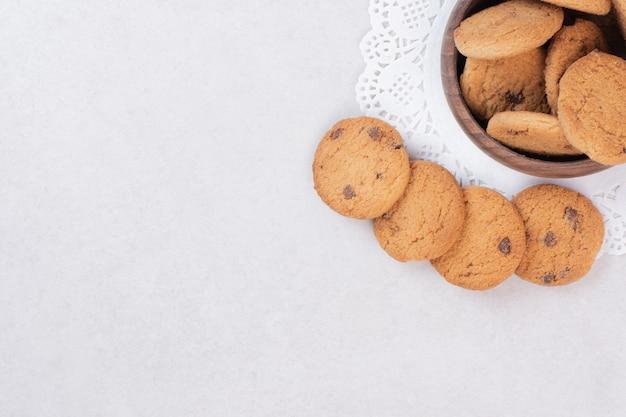 木の板に甘いクッキーの多く