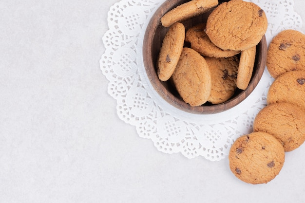 Многие сладкое печенье на деревянной тарелке