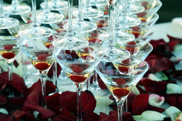 シャンパングラスの多くが積み重なっています。アルコール飲料