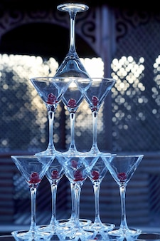 シャンパングラスの多くは互いに積み重ねられていました。飲み物用食器