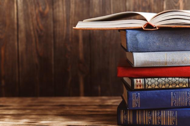 나무 배경에 많은 오래 된 책들. 정보 출처. 실내 책을 엽니 다. 홈 라이브러리. 아는 것이 힘이다