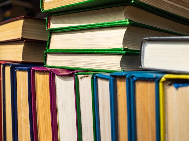 黄ばんだページのある多くの古い本は棚にあります