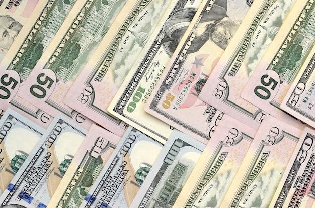 Много сто пятьдесят долларовых банкнот на плоской поверхности фона крупным планом. вид плоской планировки