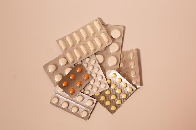 白い背景の上の錠剤、鎮静剤、抗ウイルス剤、ビタミンの多くのパック