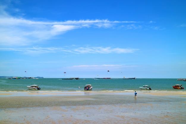 많은 사람들이 파타야 해변, 파타야 시티, 태국에서 화창한 날 야외 활동을 즐깁니다.