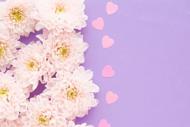 中心が黄色でハートがピンクのプラスチック製のピンクの菊の花