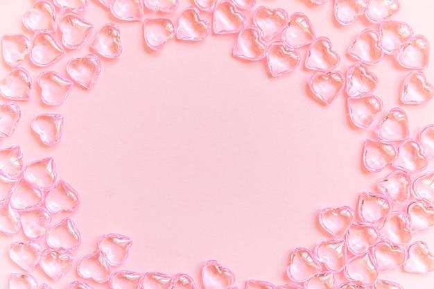 ピンクのパステル背景に分離された多くのピンクの心