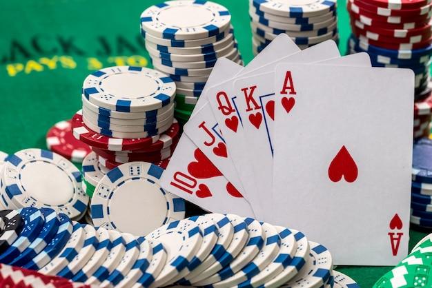 책상에 카드와 함께 많은 포커 칩.