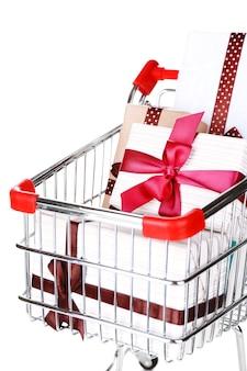 白で隔離のショッピングカートの多くのプレゼントボックス