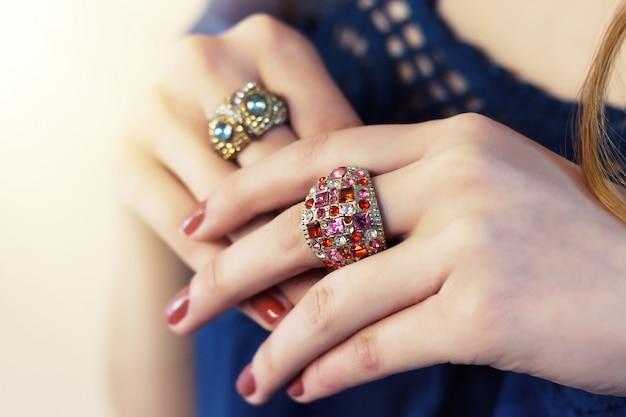指にたくさんの指輪
