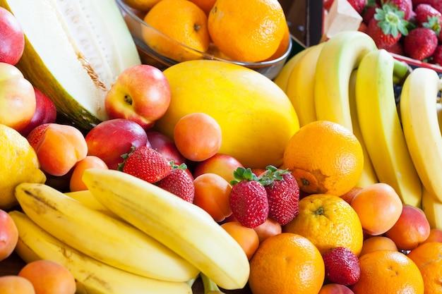 テーブルで多くの熟した果物