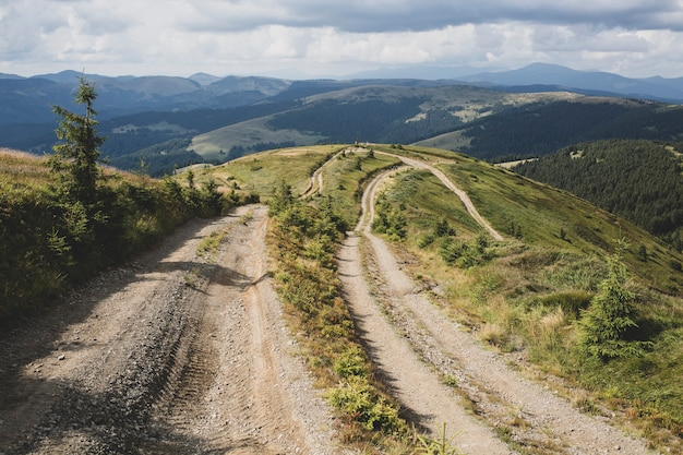 카르파티아 산맥의 루마니아-우크라이나 국경에 있는 많은 도로, 봉우리와 초원을 통과하는 관광 루트