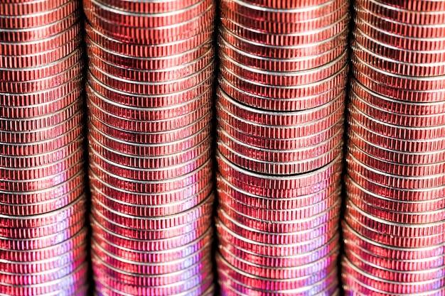 빨간색으로 조명 실버 색상의 많은 둥근 금속 동전