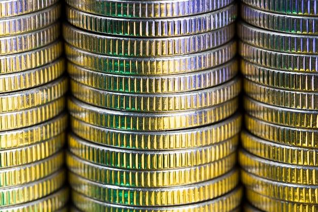 Множество круглых металлических монет