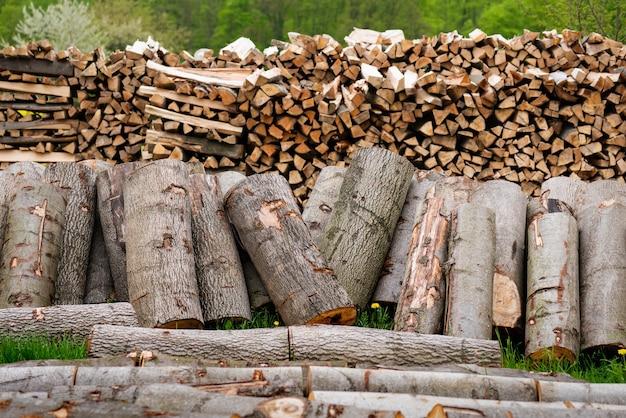 野外に積み上げられた丸太薪の多くのセクション