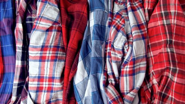 格子縞のシャツがたくさん。服の山