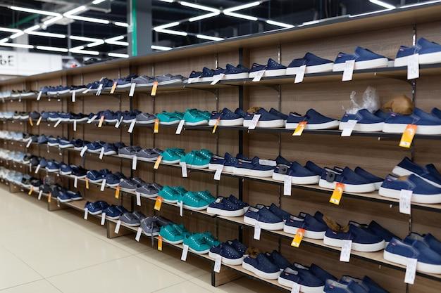 선반에있는 많은 신발이 신발 가게에 있습니다.