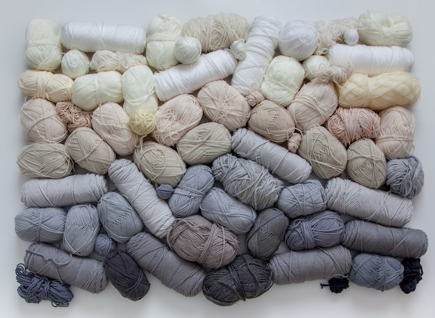 Множество мотков и клубков пряжи для вязания