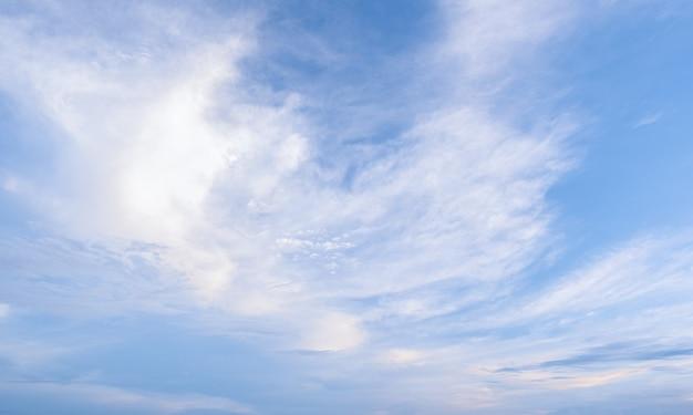 Многие маленькие облака в голубом небе. лето пасмурно. белые облака, плавающие в небе.
