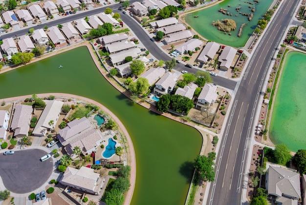 エイボンデールの小さな町の近くにある多くの小さな池は、州都フェニックスアリゾナusaの近くの砂漠を見下ろす景色です。