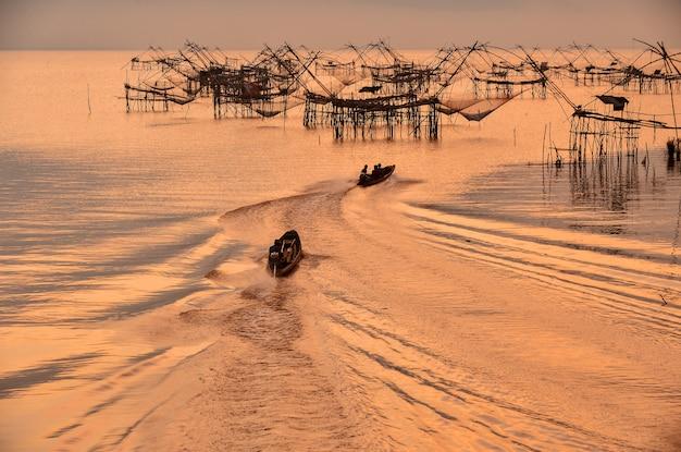 Многие квадратные сети во время восхода солнца в пакпре, пхатталунг, таиланд