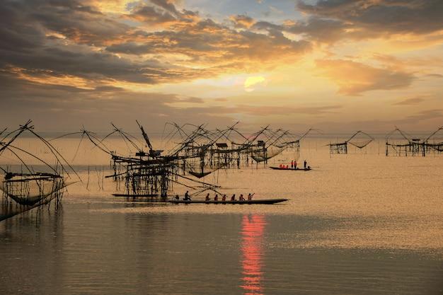 タイ、パッタルン、パックプラで日の出中に多くの正方形のディップネット