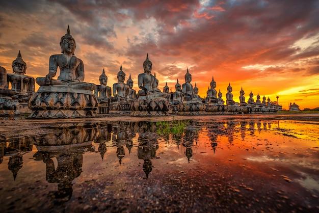 タイ南部の日没で多くの仏像