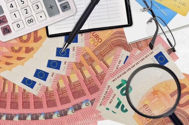 회계사 테이블에 많은 10 유로 지폐