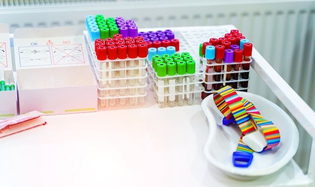 Множество пробирок для анализа крови. медицинское оборудование. пробирки для анализа в лаборатории гематологии. специальное оборудование для лаборатории.