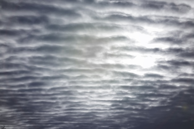 Многие текстурированные облака в голубом небе с солнечным светом