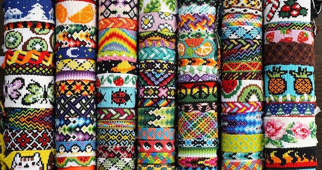 刺繍糸で作られた多くの結ばれたdiyの友情のブレスレット