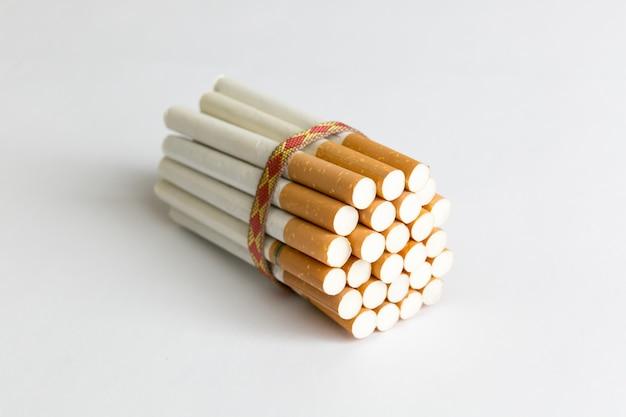 Многие табачные сигареты перевязаны веревкой