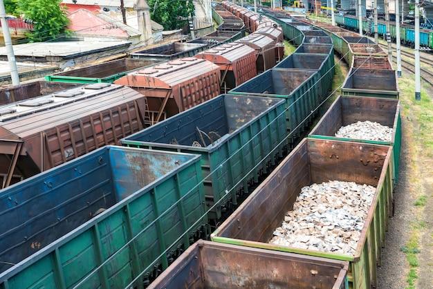 Много поездов с грузовыми вагонами на железной дороге