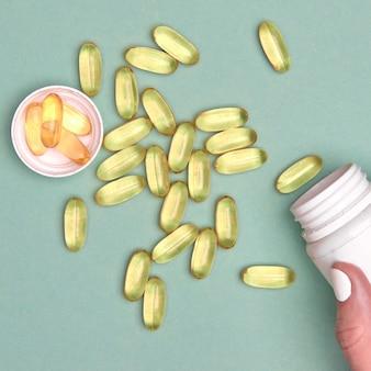많은 투명 알약 오메가 3 또는 화려한 배경에 생선 기름. 건강에 좋은 보충제 및 의약품