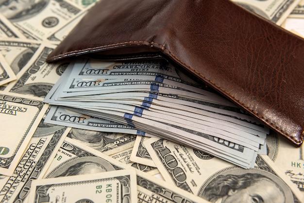 남자의 지갑 근처 많은 미국 달러, 개념을 절약