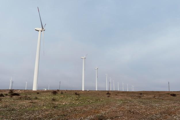 エネルギーを生成するフィールドの多くの風力タービン