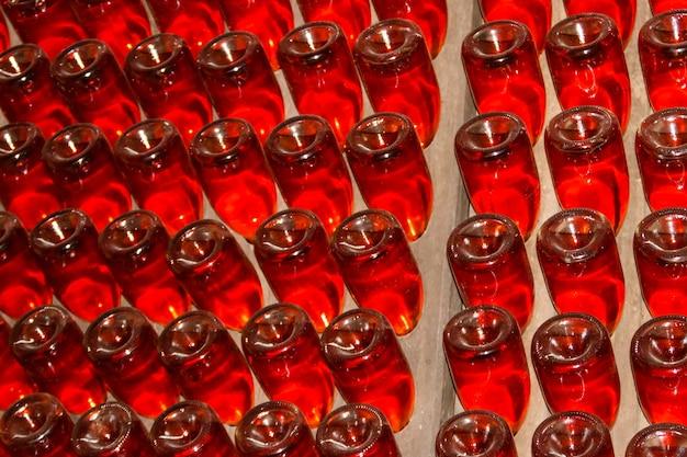 ワイナリーのワインセラーにある多くのワインボトル