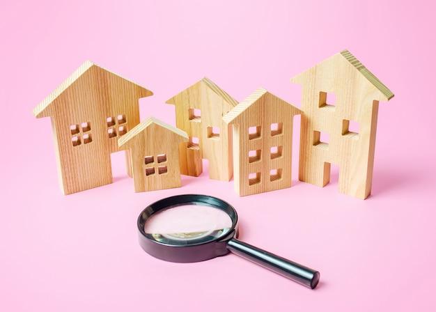 집과 돋보기의 많은 나무 그림. 구매 또는 임대 할 주택 검색