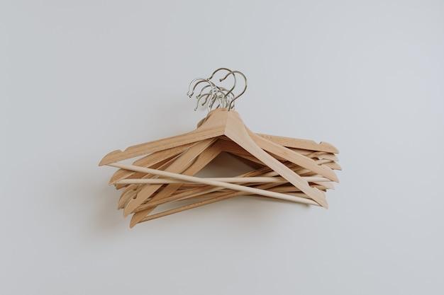 Многие деревянные вешалки для выкройки одежды на белом. Premium Фотографии