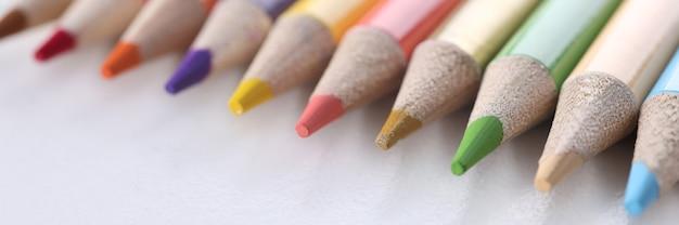 흰색 배경에 누워 많은 나무 날카로운 여러 색연필