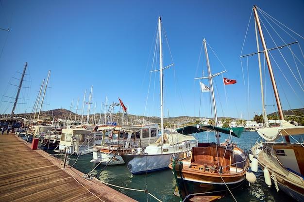 Многие яхты и лодки с видом на гавань бодрума в солнечный летний день