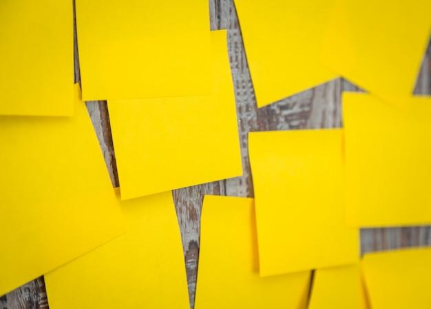 Многие желтый пост он застрял на стене