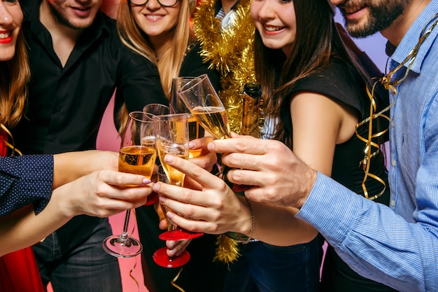 크리스마스 파티에서 마시는 많은 젊은 여성과 남성