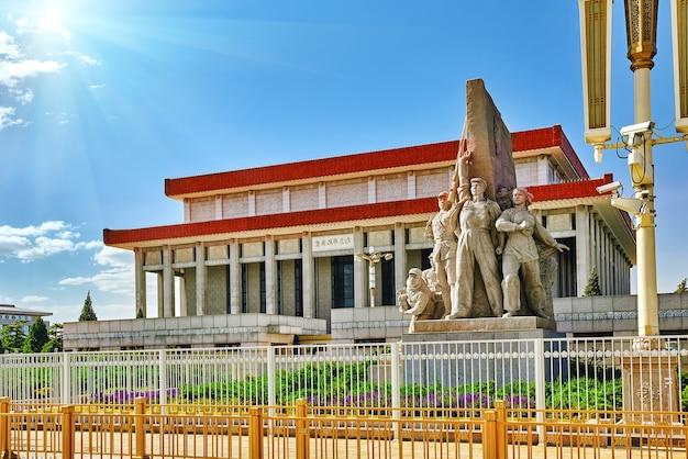 천안문 광장에 있는 마오쩌둥 묘 - 세계에서 세 번째로 큰 광장인 베이징. china.translation: