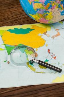 地図、虫眼鏡、グローブ