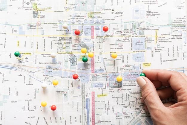 手で配置されたピンでマークされた地図
